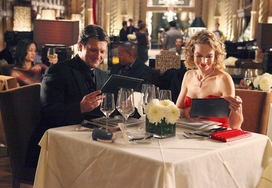 Kristin Lehman (Serena Kaye, r.) ist Richard Castle (Nathan Fillion, l.) auf Anhieb sympathisch ... - Bildquelle: 2011 American Broadcasting Companies, Inc. All rights reserved.