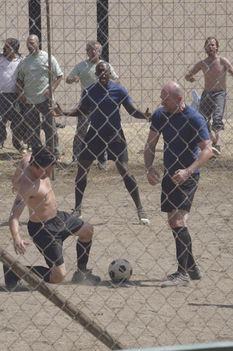 Big Marc (Graham McTavish, r.) und sein Handlanger Arthur (Treva Etienne, M.) setzen alles daran, das Fußballmatch, das in die Freiheit führen kann,... - Bildquelle: ASCOT ELITE Home Entertainment GmbH. Alle Rechte vorbehalten.