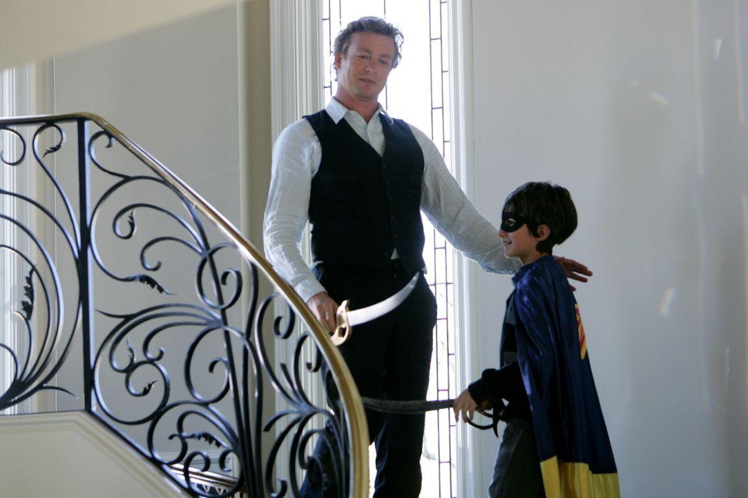Um keine Hinweise zu entgehen, wird auch Oscar Castillo (Brandon Waters, r.) von Patrick (Simon Baker, l.) befragt ... - Bildquelle: Warner Bros. Television