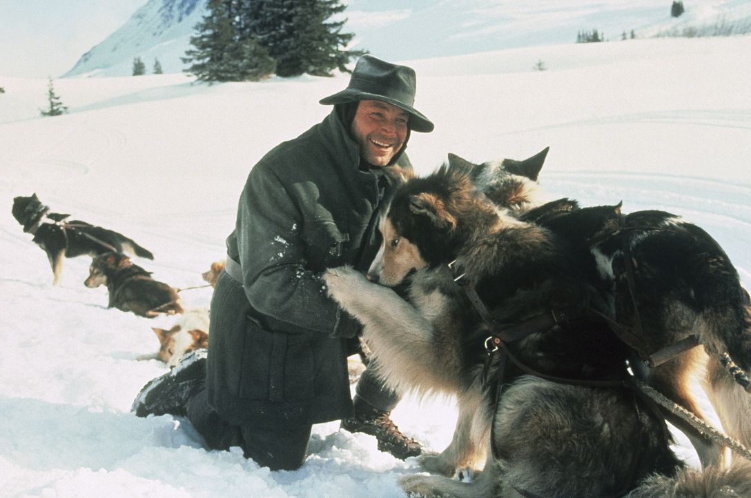 Der erfahrene Goldsucher Alex (Klaus Maria Brandauer) begibt sich mit dem unbedarften Grünschnabel Jack auf eine gefährliche Goldminen-Suche ... - Bildquelle: Walt Disney Pictures