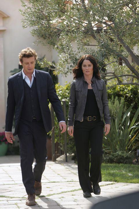 Ein neuer Mordfall wartet auf Patrick (Simon Baker, l.) und Teresa (Robin Tunney, r.) ... - Bildquelle: Warner Bros. Television