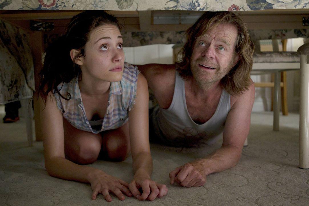 Eine stinksauere Ehefrau an der Haustüre ist kein Kinderspiel. Frank (William H. Macy, r.) steht seiner Tochter Fiona (Emmy Rossum, l.) bei ... - Bildquelle: 2010 Warner Brothers