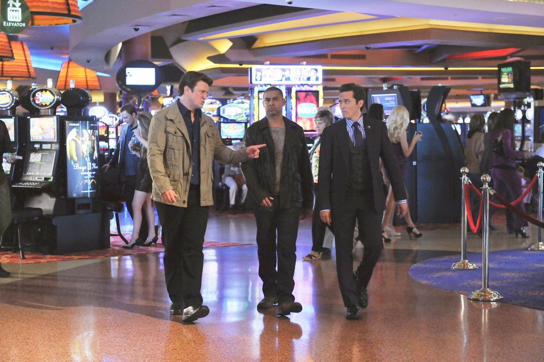 Richard Castle (Nathan Fillion, l.) begleitet Javier Esposito (Jon Huertas, M.) und Kevin Ryan (Seamus Dever, r.) nach Atlantic City, wo sie in eine... - Bildquelle: 2011 American Broadcasting Companies, Inc. All rights reserved.
