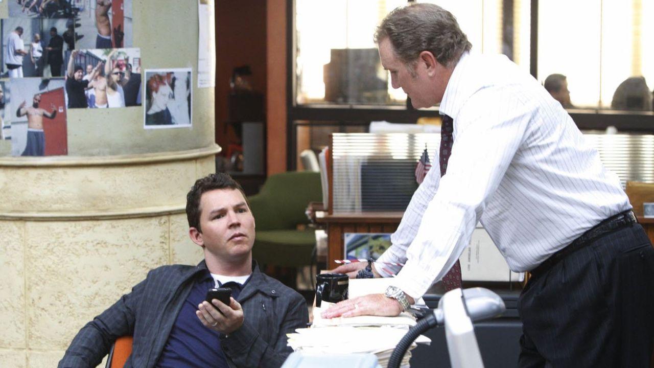 Detective Sammy Bryant (Shawn Hatosy, l.) glaubt, im aktuellen Fall versagt zu haben. Detective Daniel Salinger (Michael McGrady, r.) spricht ihm Mu... - Bildquelle: Warner Brothers