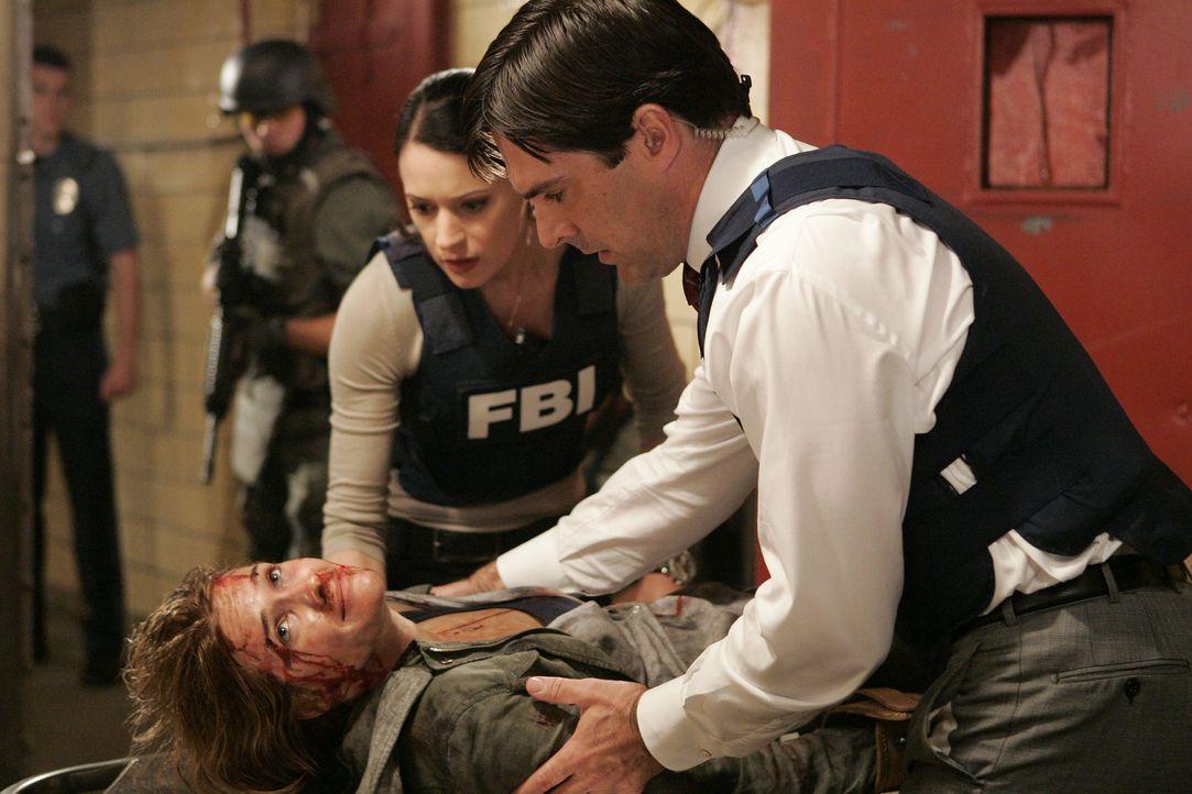 Gerade noch rechtzeitig können Emily (Paget Brewster, 2.v.r.) und Hotch (Thomas Gibson, r.) Maggie (Bre Blair, liegend) vor dem sicheren Tod retten... - Bildquelle: Touchstone Television