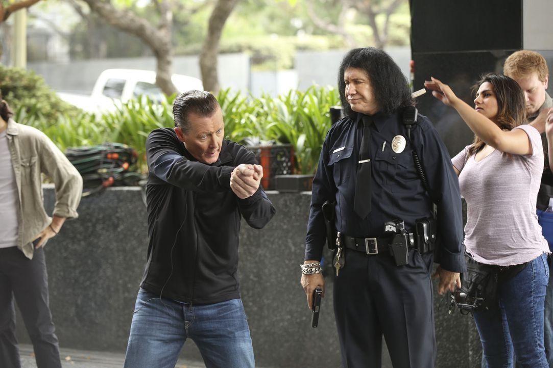 Cabe (Robert Patrick, M.) versucht sich als Berater für einen neuen Polizei-Film, doch das reale Leben holt ihn schnell wieder ein ... - Bildquelle: Monty Brinton 2015 CBS Broadcasting, Inc. All Rights Reserved.