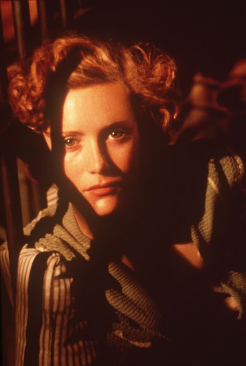 Obwohl die verführerische Lucy (Alxandra Powers) die Freundin des brutalen Gangsterbosses Strozzi ist, verliebt sie sich in den schweigsamen Fremden... - Bildquelle: New Line Cinema