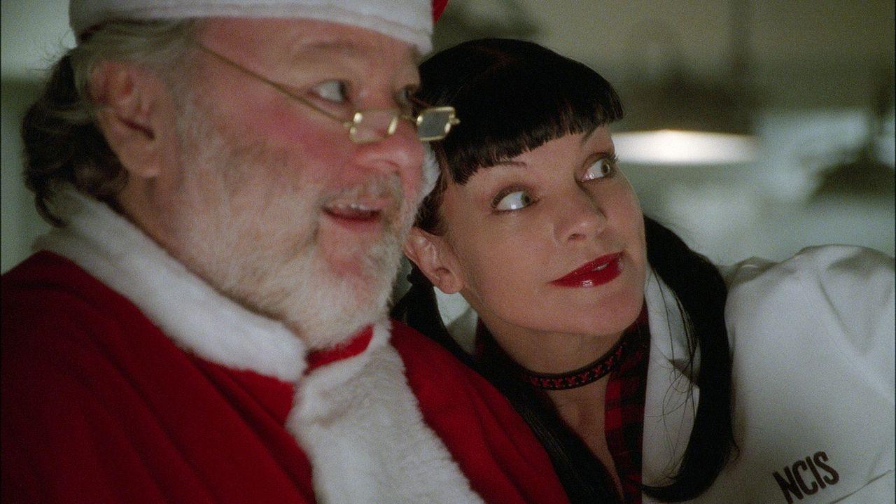 Abby (Pauley Perrette, r.) freut sich auf Weihnachten, doch kurz vor dem Heiligen Abend wird ein älteres Ehepaar überfallen und ermordet ... - Bildquelle: CBS Television