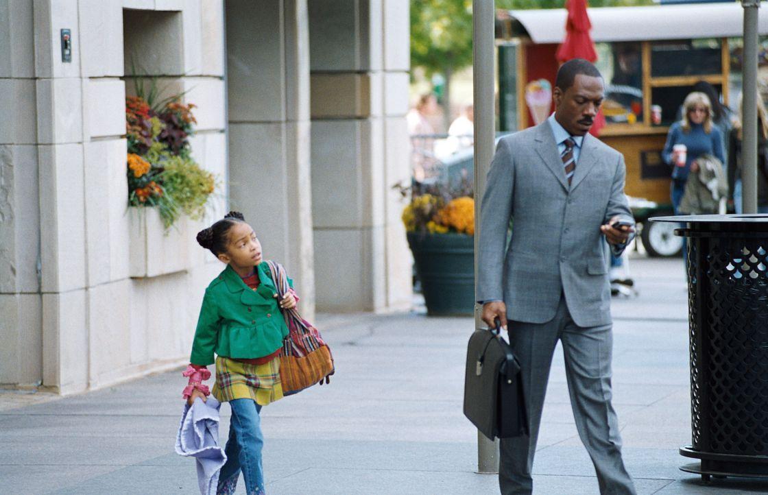 Für Finanzmanager Evan Danielson (Eddie Murphy, r.) steht die Arbeit an erster Stelle - seine siebenjährige Tochter Olivia (Yara Shahidi, l.) bekomm... - Bildquelle: 2009 BY PARAMOUNT PICTURES. ALL RIGHTS RESERVED