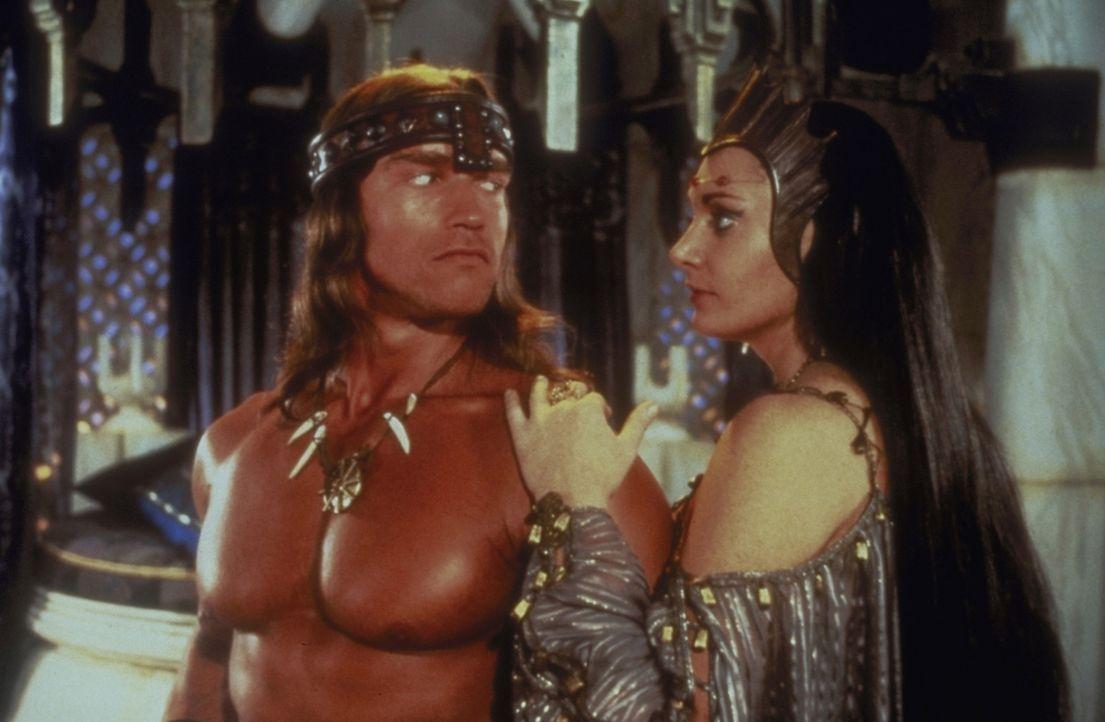 Die schöne Königin Taramis (Sarah Douglas, r.) beauftragt Conan (Arnold Schwarzenegger, l.) mit der Suche nach einem geheimnisvollen Schatz. Als D... - Bildquelle: Universal Pictures