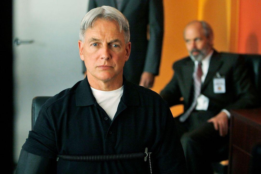 Als Petty Officer Scott Roebuck am Strand von Maryland  erschossen aufgefunden wird. werden Gibbs (Mark Harmon, vorne) und seine Kollegen mit dem Mo... - Bildquelle: Cliff Lipson CBS Television