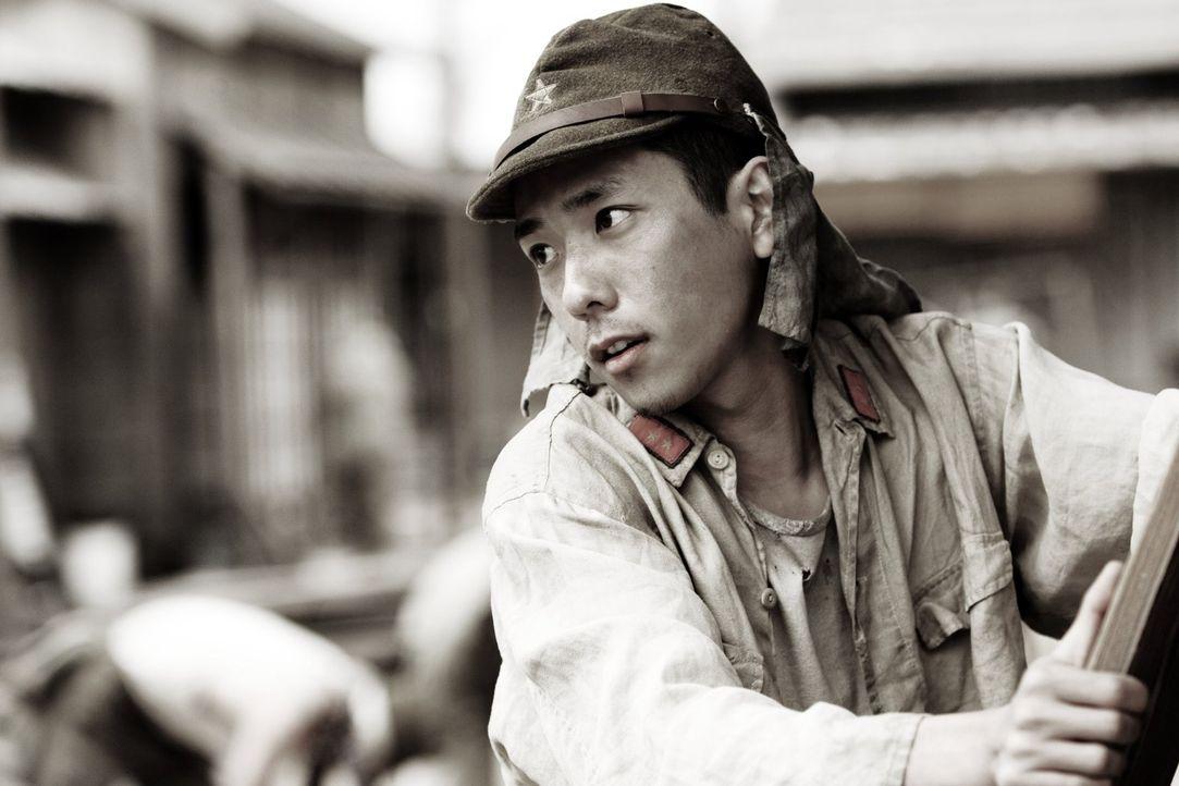 Die Lage spitzt sich zu und Saigo (Kazunari Ninomiya) beginnt mit seinen Kameraden, die umliegenden Dörfer zu evakuieren und die Zivilisten in Siche... - Bildquelle: Warner Bros.