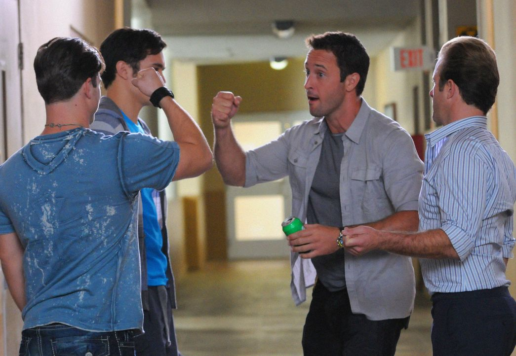 An der Universität Oahu wurde ein Professor ermordet aufgefunden. Danny (Scott Caan, r.) und Steve (Alex O'Loughlin, 2.v.r.) versuchen mit Hilfe von... - Bildquelle: 2012 CBS Broadcasting, Inc. All Rights Reserved.