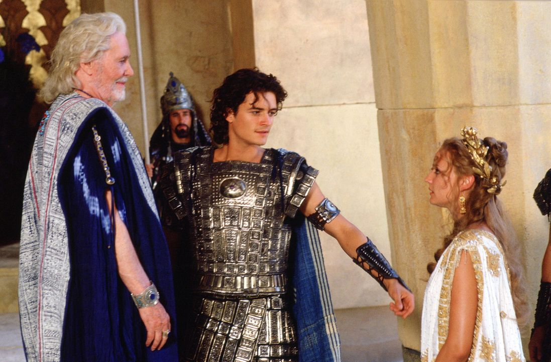 In der Mauern von Troja regiert König Priamos (Peter O'Toole, l.). Eines Tages jedoch raubt sein Sohn Paris (Orlando Bloom, M.) die schöne Königi... - Bildquelle: Warner Brothers International Television