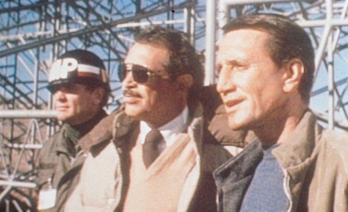 Regierungsbeamte arrangieren eine Spezialvorführung ihres High-Tech-Kampfhubschraubers für Captain Braddock (Warren Oates, M.) und den Polizisten Fr... - Bildquelle: Columbia Pictures