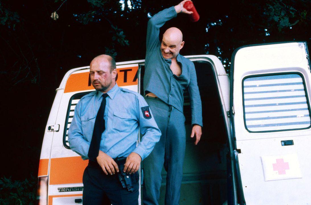 """Paul Kaminski (Christian Redl, r.), genannt """"Popeye"""", der wegen Raubmordes zu lebenslanger Haft verurteilt wurde, nutzt einen vorgetäuschten Kranke... - Bildquelle: Jiri Hanzl SAT.1"""