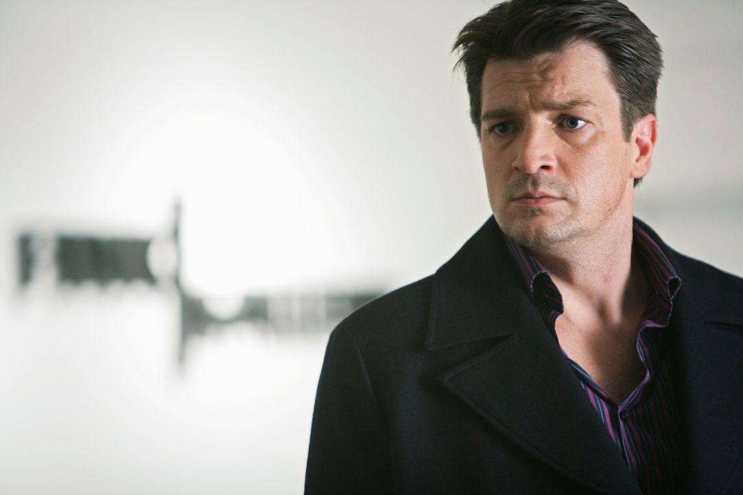 Nachdem ein Galeriebesitzer ermordet aufgefunden wurde, trifft auch der Krimibuchautor Richard Castle (Nathan Fillion) am Tatort ein. - Bildquelle: ABC Studios