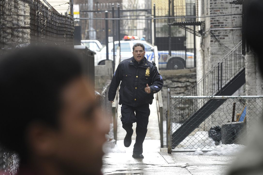 Ein Graffitisprayer wird von Sgt. Anthony Renzulli (Nicholas Turturro, r.) auf frischer Tat ertappt ... - Bildquelle: 2010 CBS Broadcasting Inc. All Rights Reserved