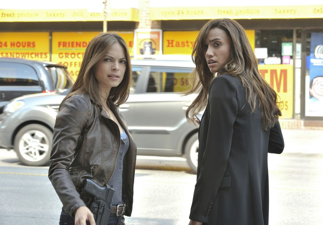 Bei den Ermittlungen in einem neuen Mordfall: Tess (Nina Lisandrello, r.) und Catherine (Kristin Kreuk, l.) ... - Bildquelle: 2012 The CW Network, LLC. All rights reserved.