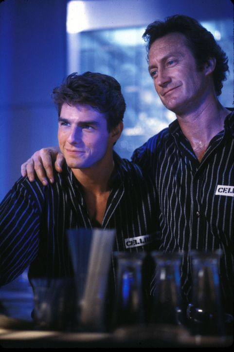 Der erfahrene Barkeeper Doug Coughlin (Bryan Brown, r.) weist Brian (Tom Cruise, l.) in die Kunst des effektvollen Cocktailschüttelns ein. Schon bal... - Bildquelle: Touchstone Pictures