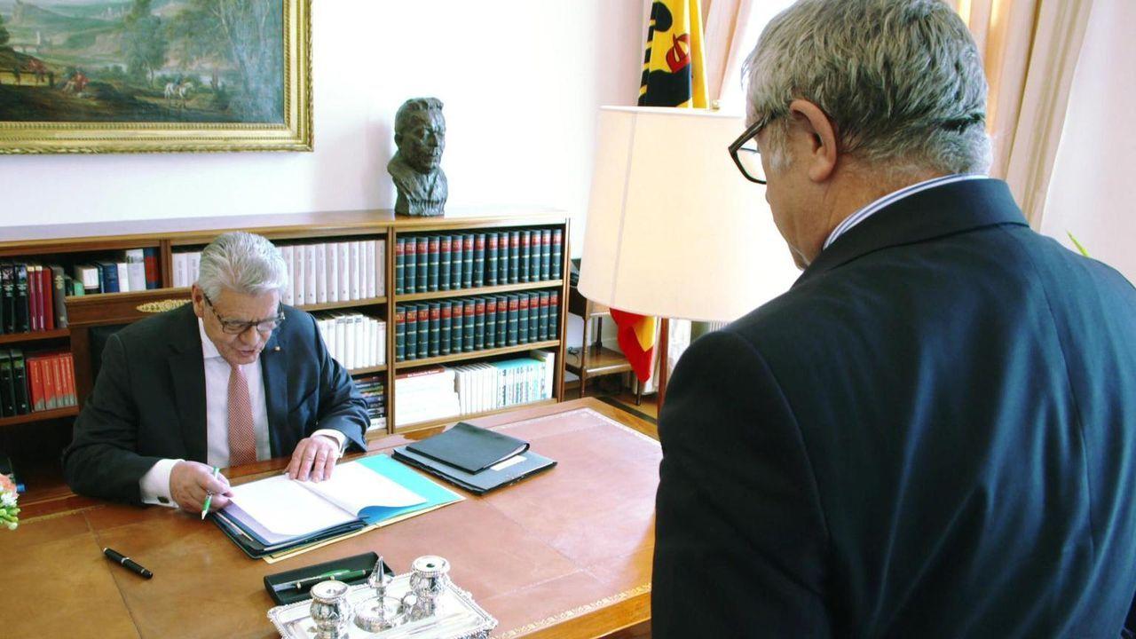 Über ein halbes Jahr lang begleitete Dr. Dietmar Klumpp Bundespräsident Joachim Gauck (l.) und seine Mitarbeiter mit der Kamera und taucht in die We... - Bildquelle: kabel eins