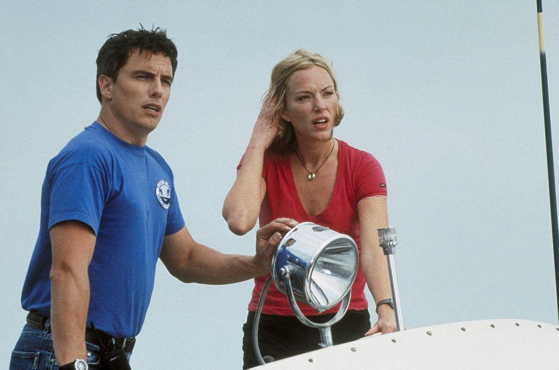 Vor der Küste von Colima sehen Ben (John Barrowman, l.) und Cat (Jennifer McShane. r.) bissige Schwierigkeiten auf sich zuschwimmen ... - Bildquelle: Nu Image
