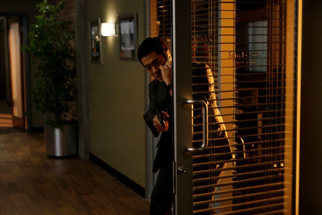 Ein Anschlag in der CBI-Zentrale wirft Rätsel auf. Kimball (Tim Kang) und seine Kollegen ermitteln ... - Bildquelle: Warner Bros. Television