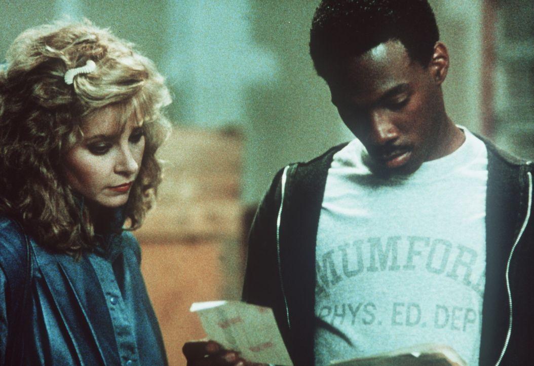 Mundakrobat Axel (Eddie Murphy, r.) versucht, in Beverly Hills die Mörder eines guten Freundes zu finden. Nur die schöne Jenny Summers (Lisa Eilba... - Bildquelle: Paramount Pictures