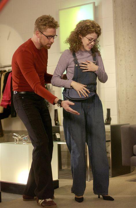 Mit viel Einfühlungsvermögen macht sich Visagist Bruce (Geoffrey Pounsett ) daran, aus Celeste (Majandra Delfino) eine wunderschöne junge Frau zu... - Bildquelle: Touchstone Television