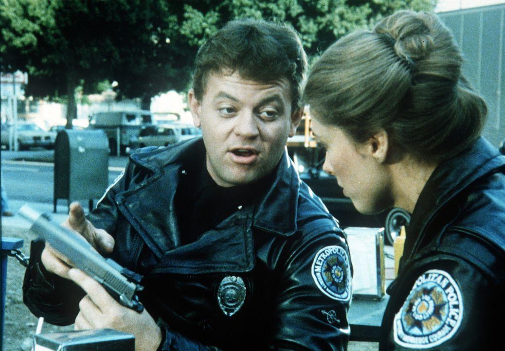 An seinem Beruf liebt Tackleberry (David Graf, l.) insbesondere den großzügigen Einsatz von Waffen ... - Bildquelle: Warner Bros.