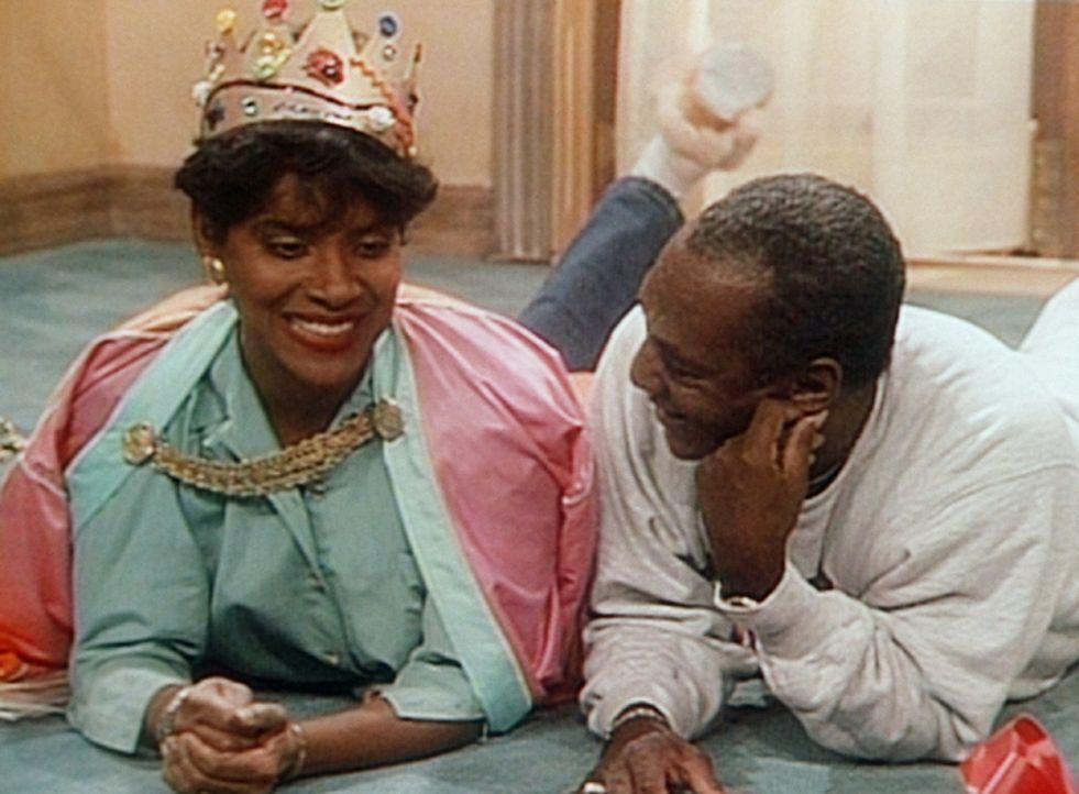 Clair (Phylicia Rashad, l.) und Cliff (Bill Cosby, r.) genießen im neuen, schallisolierten Zimmer die Ruhe vor den Kindern. - Bildquelle: Viacom