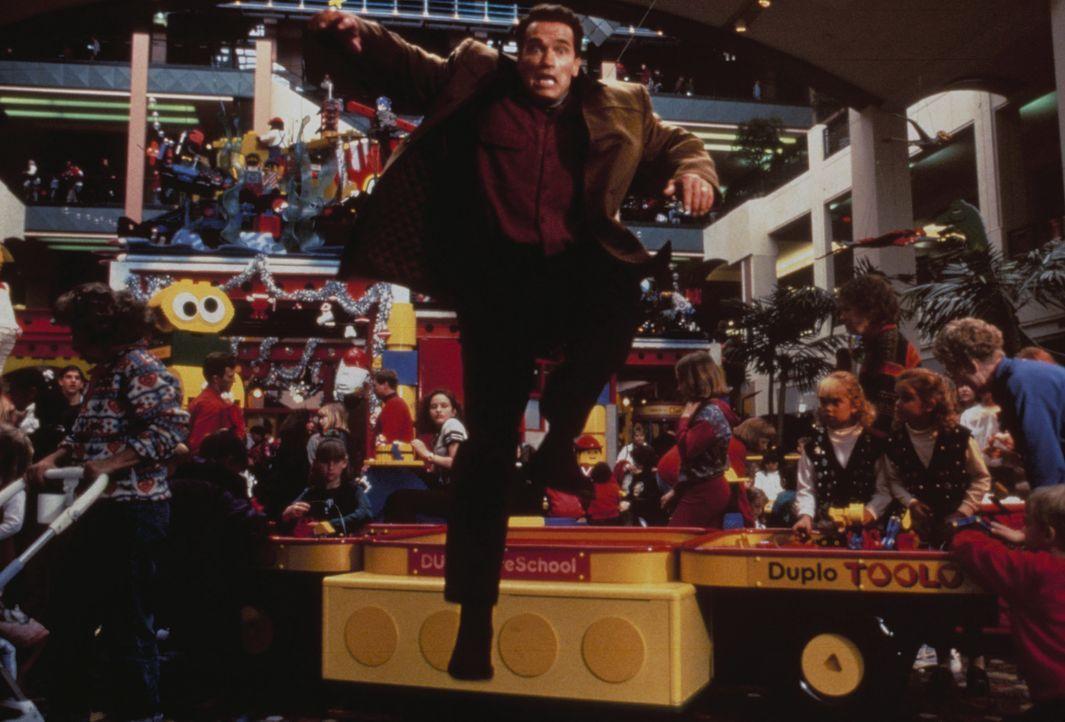 Kampf um das Weihnachtsgeschenk für seinen Sohn: Howard Langston (Arnold Schwarzenegger, M.) ist nicht der einzige, der den heißbegehrten Turbo-Man... - Bildquelle: 1996 Twentieth Century Fox Film Corporation. All rights reserved.