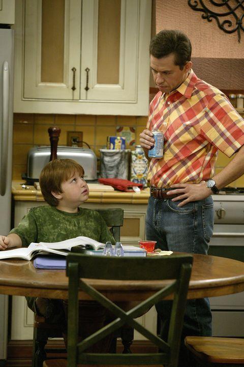 Alan (Jon Cryer, r.) hat es nicht leicht mit seinem Sohn Jake (Angus T. Jones, l.) ... - Bildquelle: Warner Brothers Entertainment Inc.