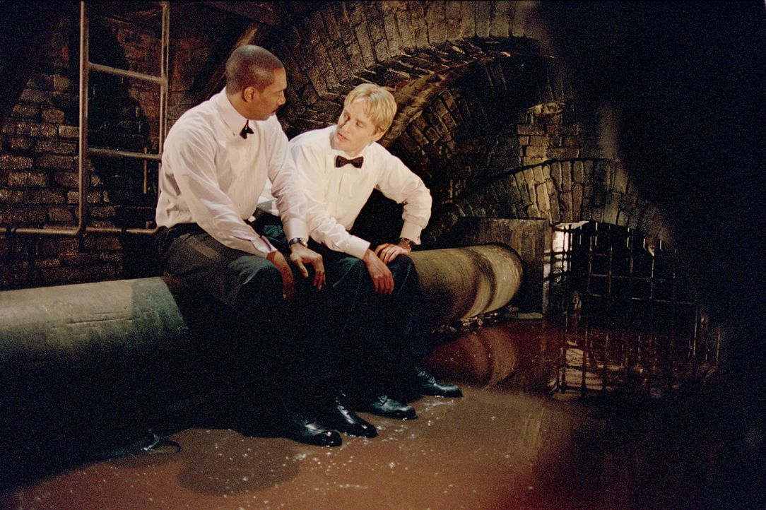 Als ihre Tarnung auffliegt, haben die Möchtegernagenten Scott (Owen Wilson, r.) und Robinson (Eddie Murphy, l.) ein riesiges Problem ... - Bildquelle: 2003 Sony Pictures Television International