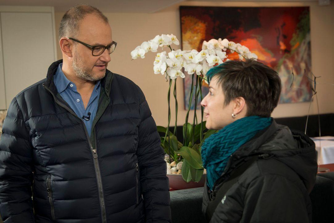 Frank Rosin (l.) lädt Sina (r.) ein, in seinem Restaurant ein Praktikum zu machen. - Bildquelle: Martin Rottenkolber kabel eins