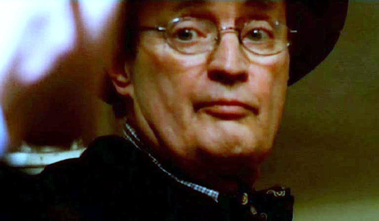 Dr. Donald 'Ducky' Mallard (David McCallum) untersucht am Tatort die Leiche eines ermordeten Marines ... - Bildquelle: CBS Television