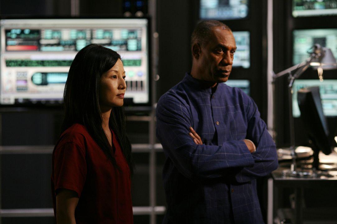 Für das Herunterladen der Daten im Computer Kim (Tamlyn Tomita, l.) erhält G. D. Hilfe von einem Dr. Manlius, der sich als früherer Tutor von Tess h... - Bildquelle: Universal Television