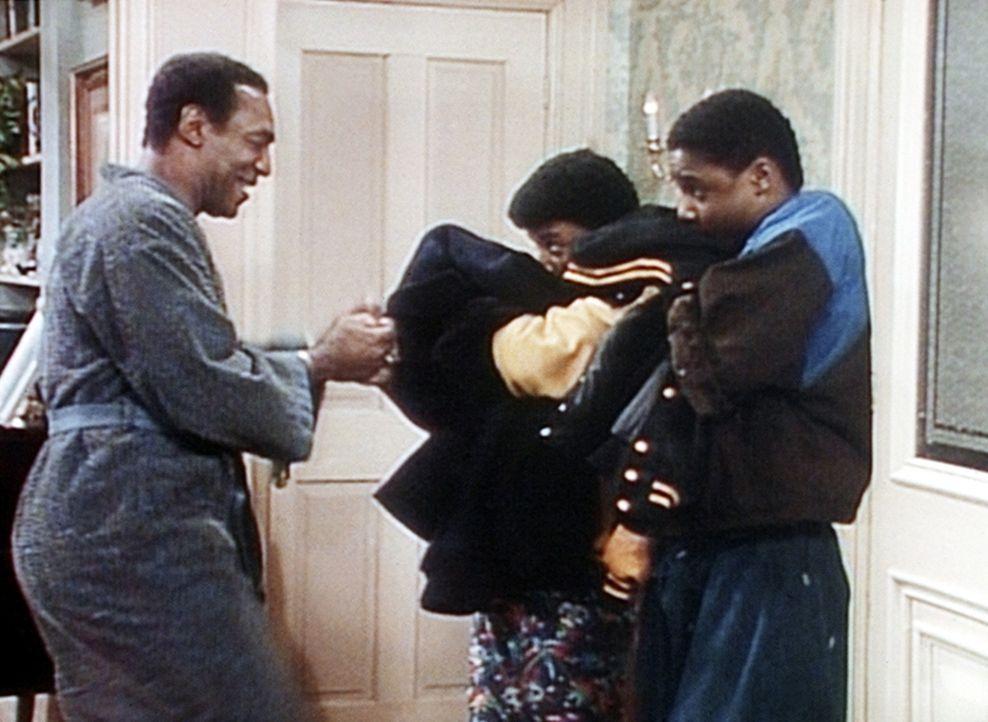 Cliff (Bill Cosby, l.) möchte unbedingt wissen, ob Theo (Malcolm-Jamal Warner, r.) und Cockroach (Carl Payne, M.) sich mit Hilfe eines Augenbrauens... - Bildquelle: Viacom
