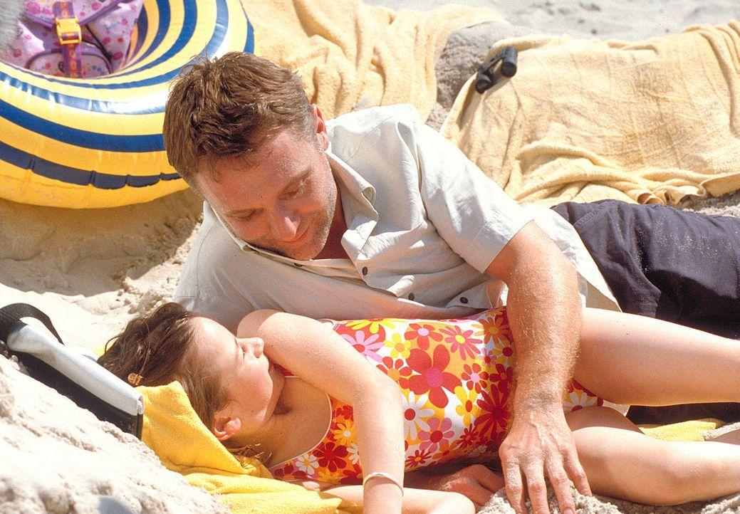 Ende gut, alles gut: Ein gemeinsamer Urlaub bringt Vater (Bernhard Schir, hinten) und Tochter (Nina Gummich, vorne) wieder einander näher ... - Bildquelle: Mühle ProSieben