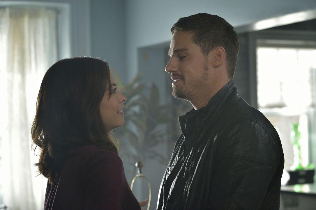 Während JT im Krankenhaus mit dem gesuchten Mörder verhandeln möchte, haben Vincent (Jay Ryan, r.) und Katherine (Kristin Kreuk, l.) noch Schwierigk... - Bildquelle: Ben Mark Holzberg 2015 The CW Network, LLC. All rights reserved.