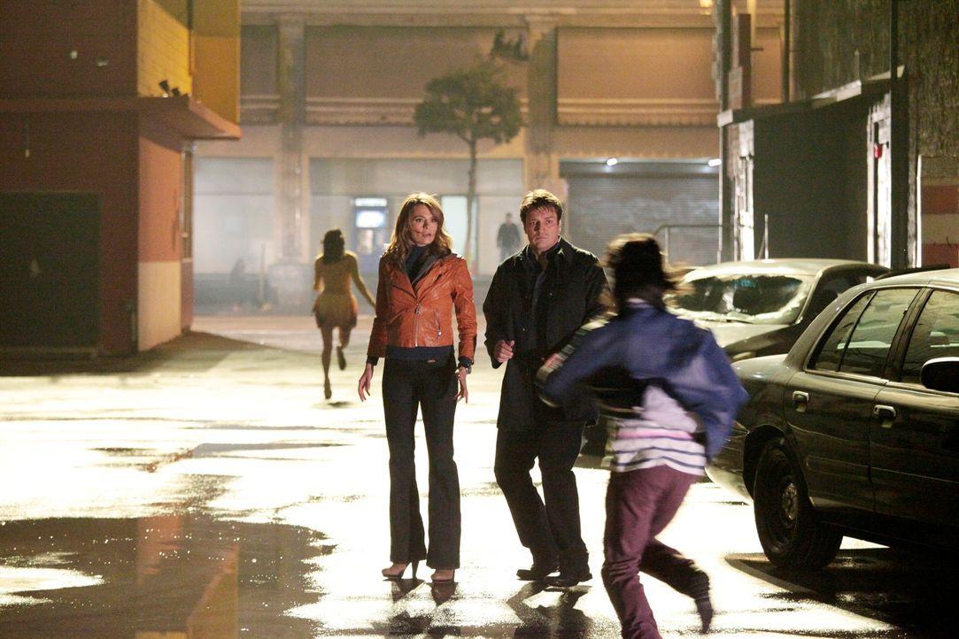 Kate Beckett (Stana Katic, l.) glaubt eigentlich im Gegensatz zu Richard Castle (Nathan Fillion, 2.v.r.) nicht an Zombies, doch dann werden die beid... - Bildquelle: 2012 American Broadcasting Companies, Inc. All rights reserved.