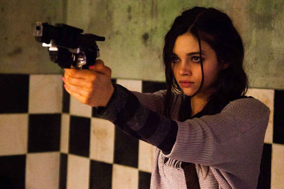 Um den Mord an ihren Eltern rächen zu können, lässt sich die blutjunge Sawa (India Eisley) zu einer gnadenlosen Killerin ausbilden ... - Bildquelle: Licensed by Tiberius Film GmbH & Co KG