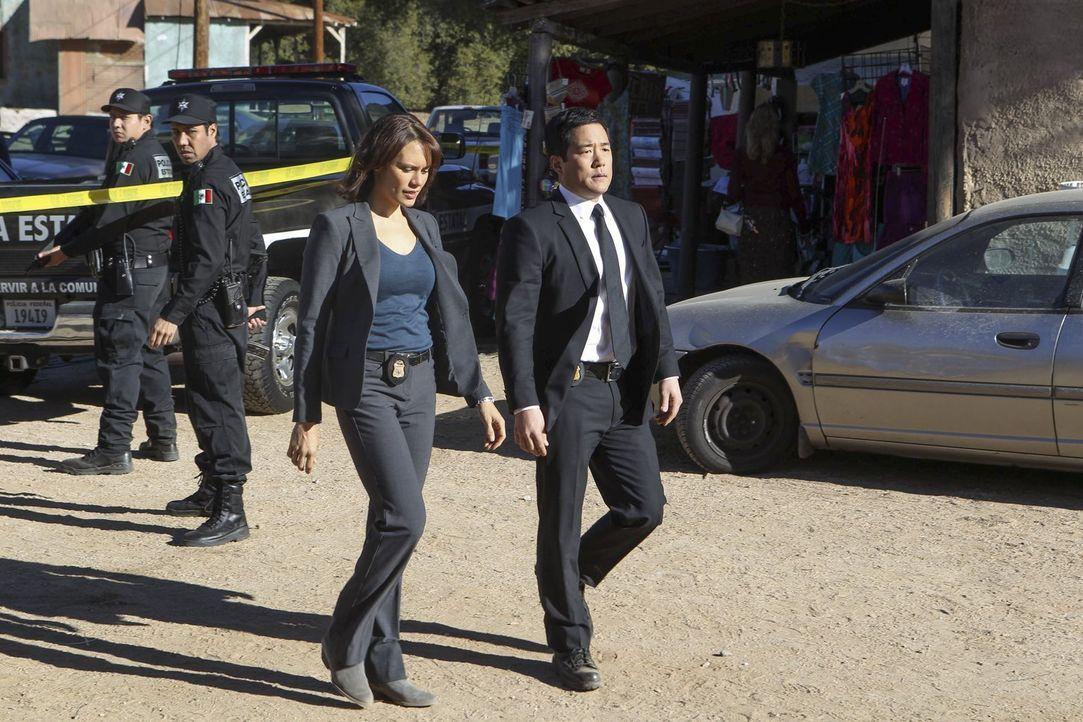 Cho (Tim Kang, r.) und Fischer (Emily Swallow, 2.v.r.) ermitteln in Mexiko, um etwas über den Tod einer amerikanischen Anwältin herauszufinden, die... - Bildquelle: Warner Bros. Television