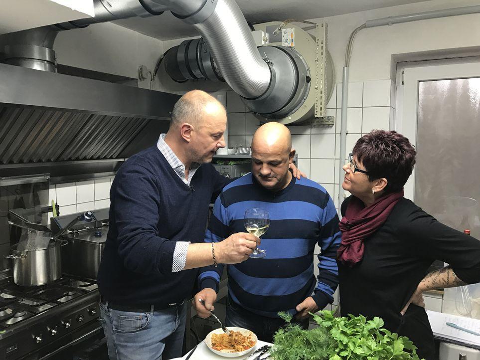 """Frank Rosin (l.) macht sich auf ins Ruhrgebiet, um Uwe (M.) und Anja (r.) Zimmermann dabei zu unterstützen, endlich Gäste in ihre Pizzeria """"Piccolin... - Bildquelle: kabel eins"""