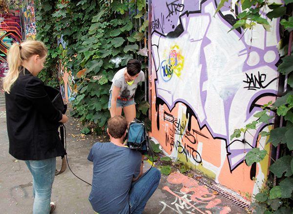 Kathy beim Graffiti