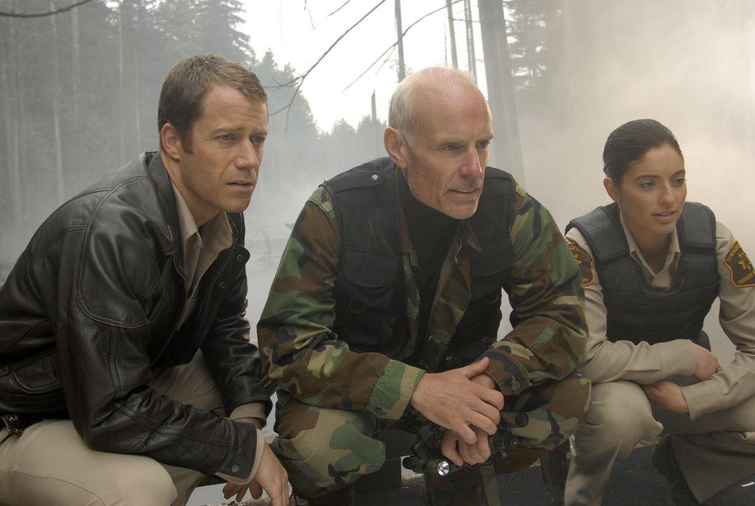 Wollen einen mysteriösen Unfall aufklären: Jack Carter (Colin Ferguson, l.), Jim Taggert (Matt Frewer, M.) und Jo Lupo (Erica Cerra, r.) ... - Bildquelle: Universal Television