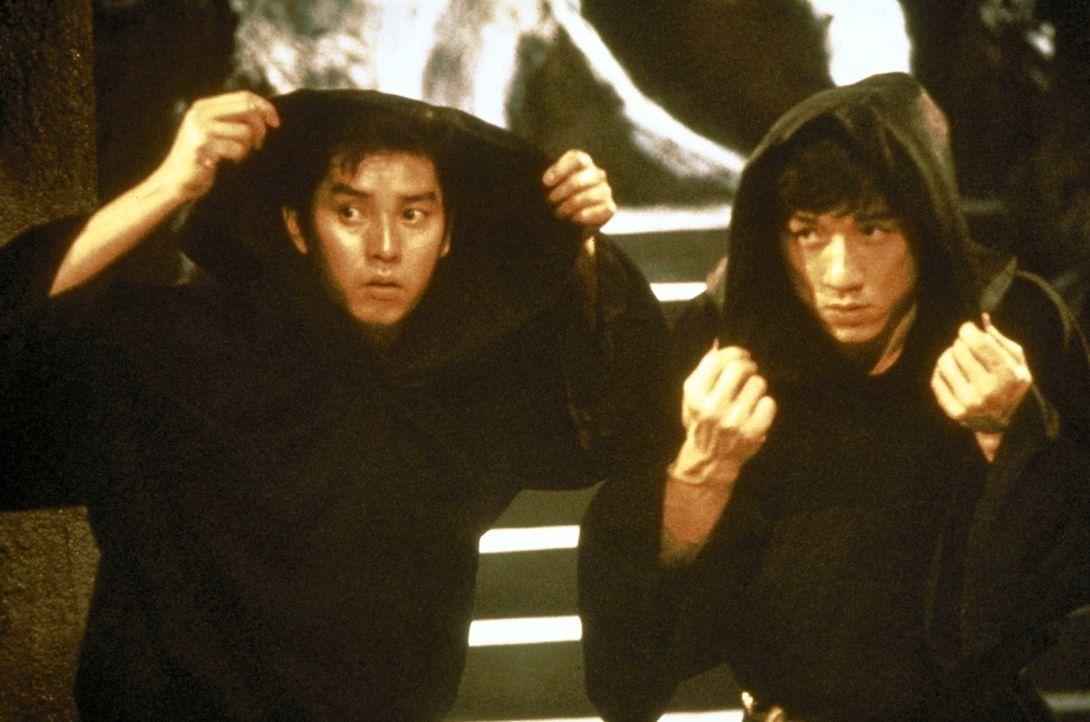 Jackie (Jackie Chan, r.) und Alan (Alan Tam, l.) müssen sich gegen eine Gruppe fanatischer Sektierer trickreich zur Wehr setzen ... - Bildquelle: Golden Harvest Company