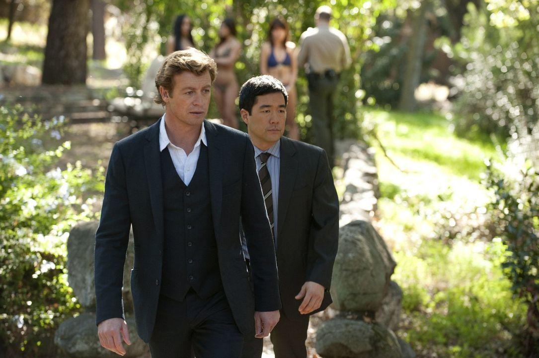 Versuchen, den Mord am Sohn eines Mafiabosses aufzuklären: Patrick (Simon Baker, l.) und Kimball (Tim Kang, r.) ... - Bildquelle: Warner Bros. Television