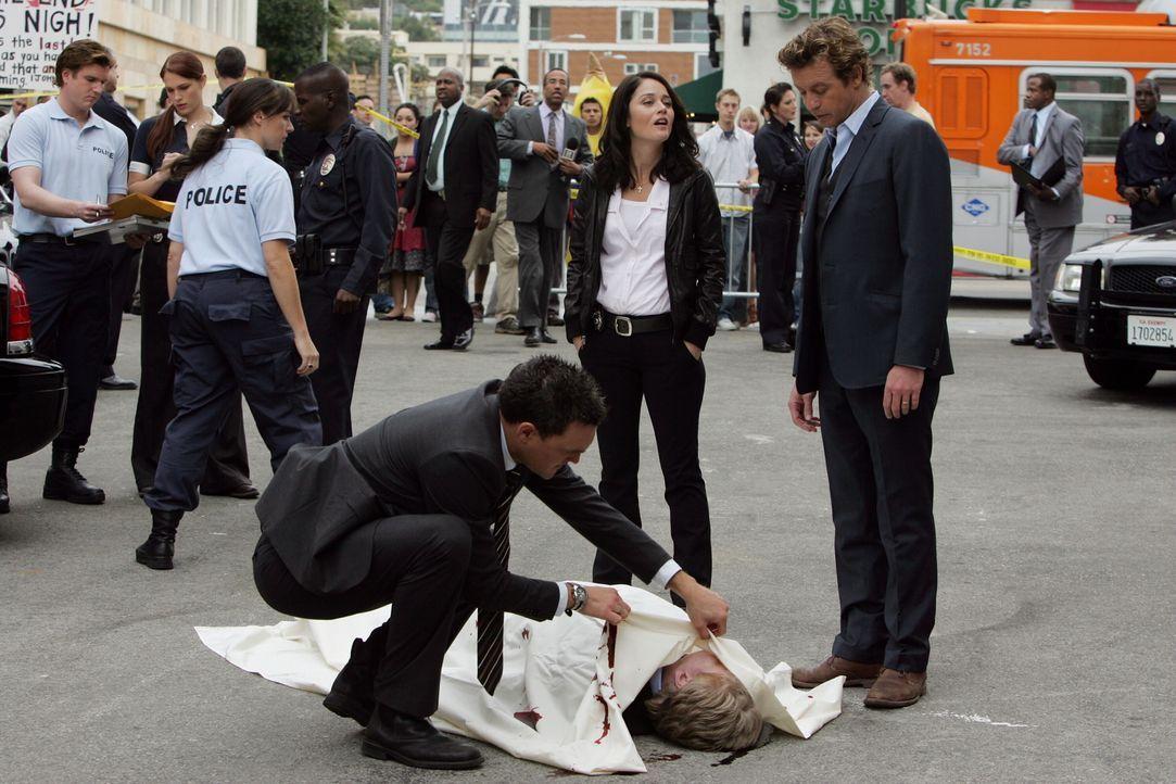 Felix Hanson, der Mann der Filmschauspielerin Felicia Hanson, wird erschossen aufgefunden. Wayne (Owain Yeoman, vorne l.), Patrick (Simon Baker, vor... - Bildquelle: Warner Bros. Television