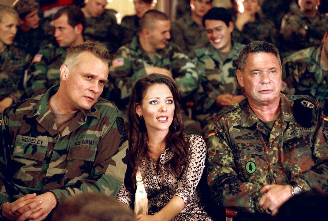 Eines Tages beschließen der amerikanische General Ridgeley (Carsten Norgaard Kristensen, l.), seine hübsche Frau (Lucie Pohl, M.) und der deutsche... - Bildquelle: Constantin Film